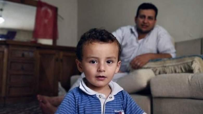 من جراح قلب إلى عامل حياكة من اجل ابنه.. قصة لاجئ سوري