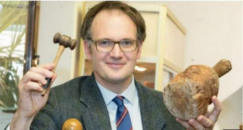 قطعة أثرية مصرية داخل خزانة ملابس في بريطانيا
