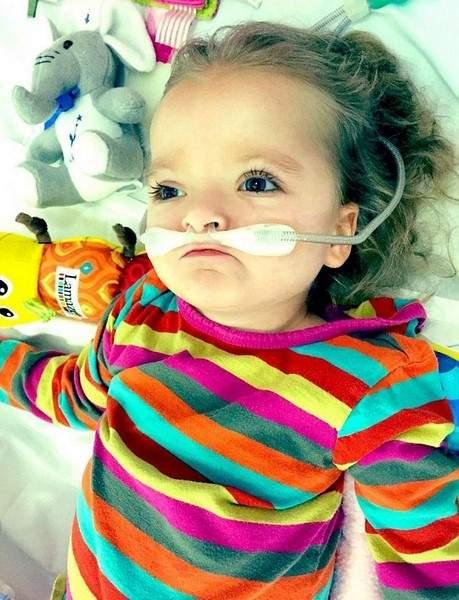 بالصور.. قصة مؤثرة: عائلة تلبي رغبة صغيرتها قبل موتها بساعات