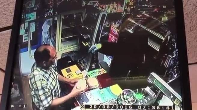 بالفيديو/ كيف أجبر صاحب متجر لصاً على الفرار