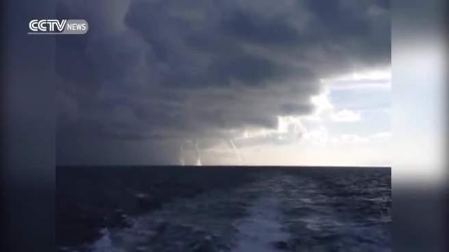 بالفيديو/ لحظة تشكل ثلاث زوابع مائية في بحيرة ساكنة