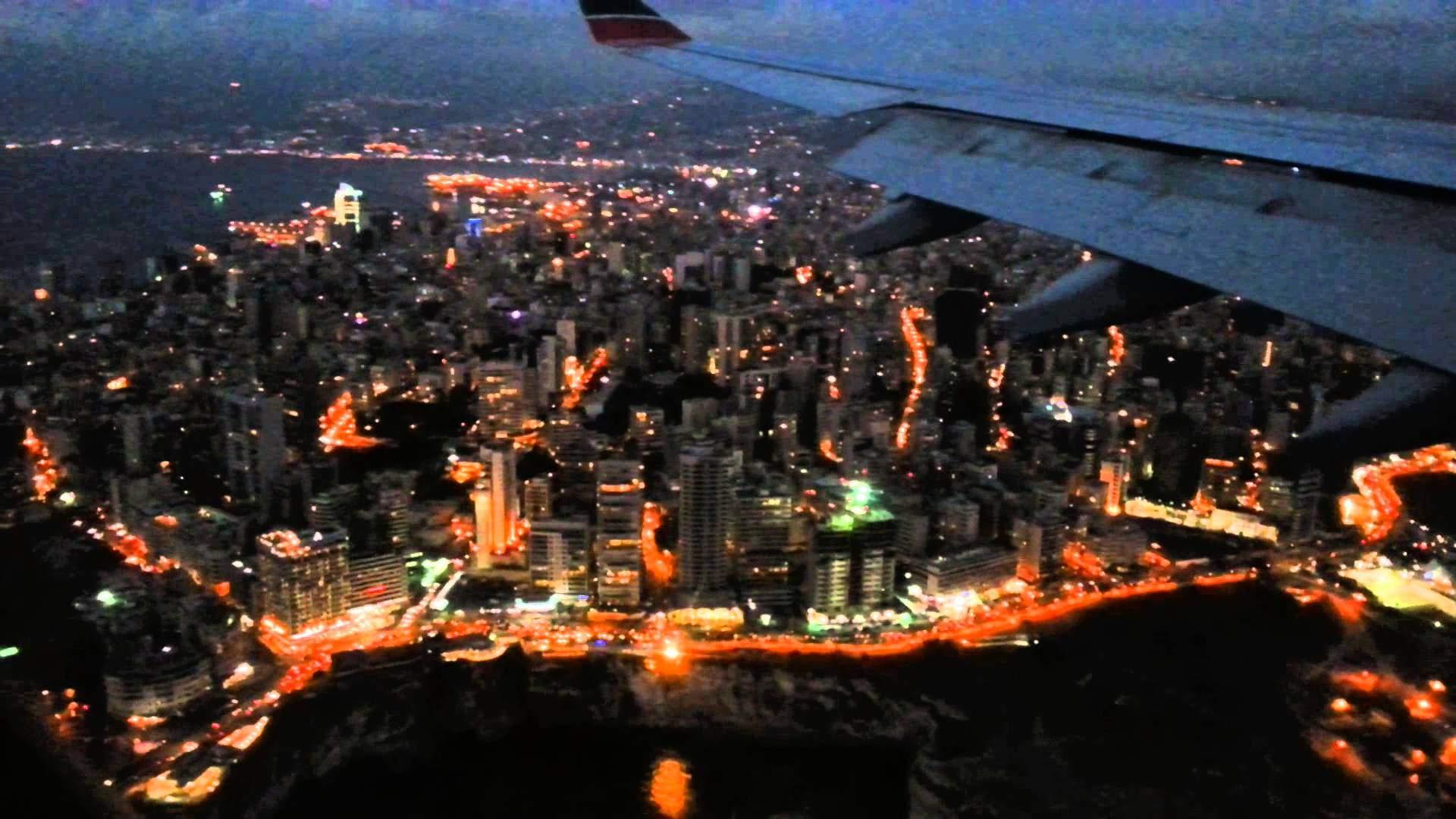طائرة تعود الى المدرج الرئيسي في مطار بيروت قبل ثوان من اقلاعها وسيارات الاسعاف بإنتظارها