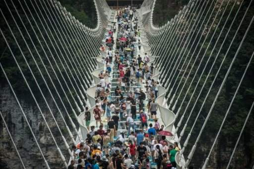 الصين تغلق أطول جسر زجاجي في العالم بسبب التدفق الكبير للزوار