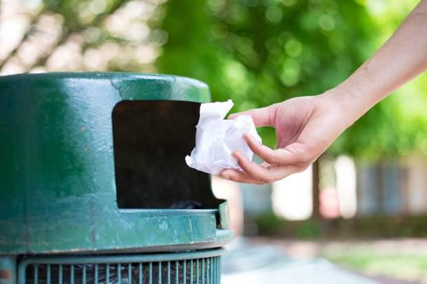 تغريم طفلة بدفع 75 دولار لرميها النفايات بالطريق