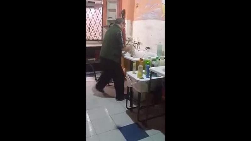 شاهد.. صورته زوجته سراً فحظي الفيديو بملايين المشاهدات