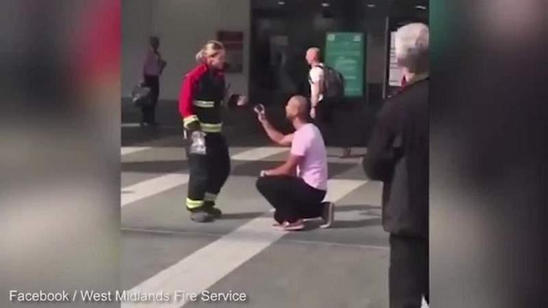 بالفيديو.. طلب الزواج من حبيبته أثناء مهمة إطفاء مزيفة