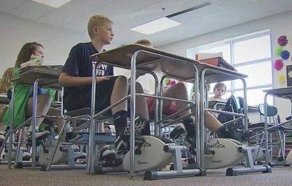 بالفيديو / معلم يقوم بتركيب دراجات تحت طاولات الطلاب لمساعدتهم على التركيز