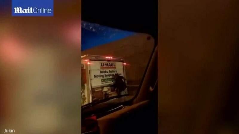 بالفيديو.. علق في مؤخرة شاحنة لنقل الأثاث بعد محاولته سرقتها