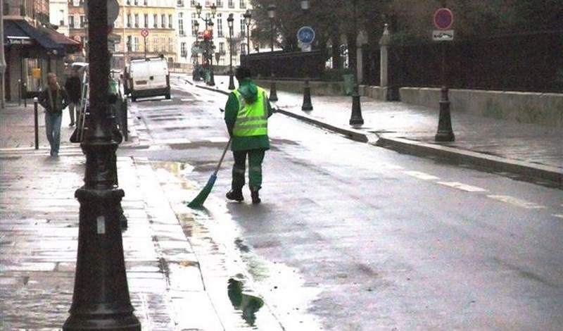 عمدة بلدة إيطالية ينظف شوارعها بنفسه!