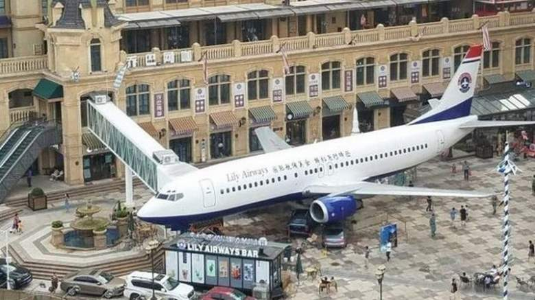 ماذا تفعل هذه الطائرة وسط مدينة صينية؟