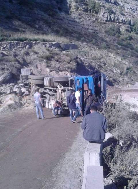إنقلاب شاحنة يقطع طريق نبع السكر في الضنية و الهرمل