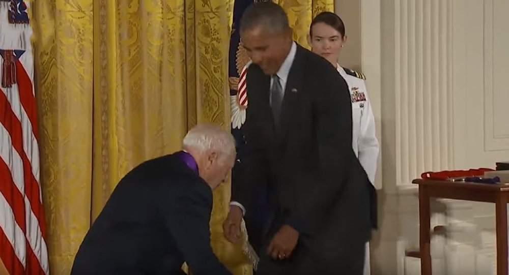 بالفيديو / منتج أفلام معروف حاول سحب سروال أوباما!