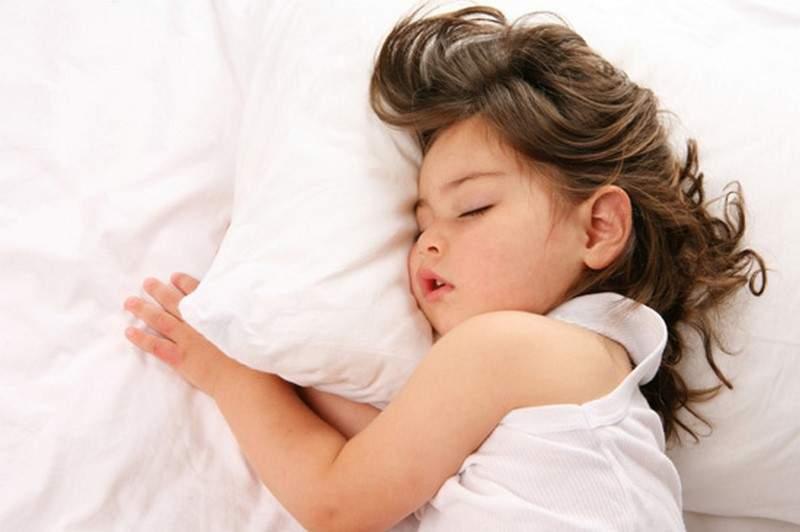 لماذا لا نقع عن السرير رغم تقلّبنا الدائم عليه؟