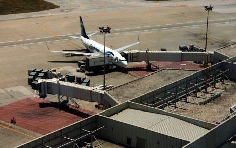 مزايدة استثمار منشآت تزويد الطائرات بالوقود: لمصلحة من تعديلات وزير الأشغال؟