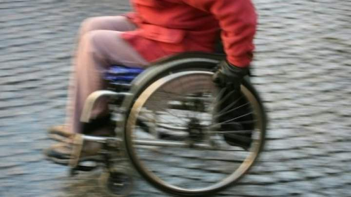 استعاد القدرة على المشي بعد 43 عاما عاشها على كرسي متحرك