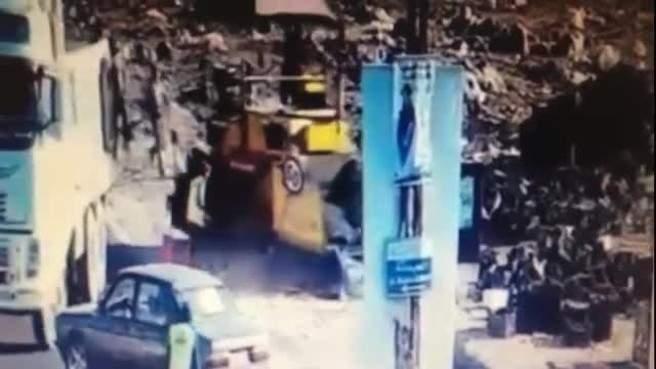 بالفيديو المروع: هكذا توفي ابن راشيا بعدما دهسته آلية ثقيلة