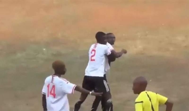 بالفيديو: حكم لم يكتف بطرد اللاعب... بل ضربه!