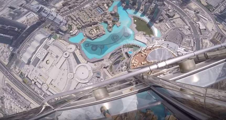 """بالفيديو/  رمى هاتف """"آيفون 7"""" من قمة برج خليفة في دبي"""