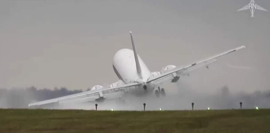 بالفيديو/ لحظات مرعبة لطائرة ركاب تنجو من كارثة