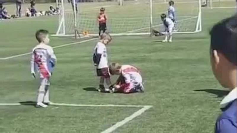 بالفيديو.. لاعب كرة قدم صغير يوقف مباراة لربط حذاء لاعب من فريق آخر
