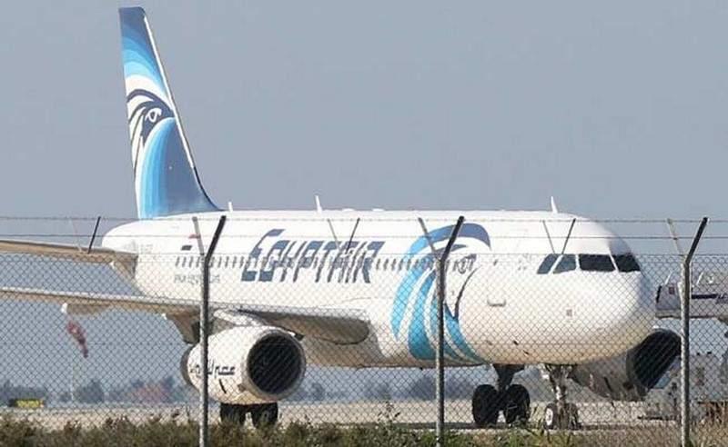 بلبلة ورعب.. قائد طائرة مصريّة يتفاجأ وراكب يثير الذعر