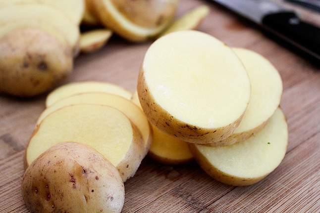 ضعوا البطاطا في جواربكم.. لن تصدقوا ما سيحدث!