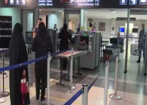 """بالفيديو- بعدما صرخت الأم في المطار """"ابني كهرب كهرب.. حدن يساعدني""""... هذا ما حصل"""