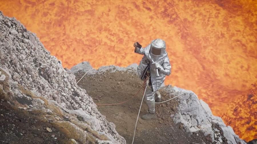 جنون السيلفي وصل العلماء...شاهد أحدهم ينجو من الموت بأعجوبة وهو يصور نفسه مع البركان