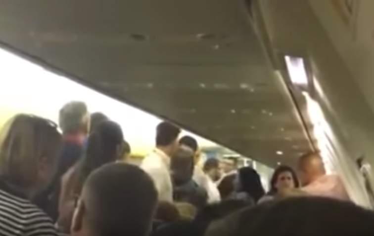 بالفيديو.. شجار عنيف على متن طائرة يغير مسارها
