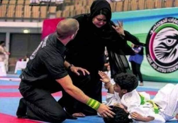 """أم إماراتية تقتحم مباراة """"جودو"""" للدفاع عن طفلها"""