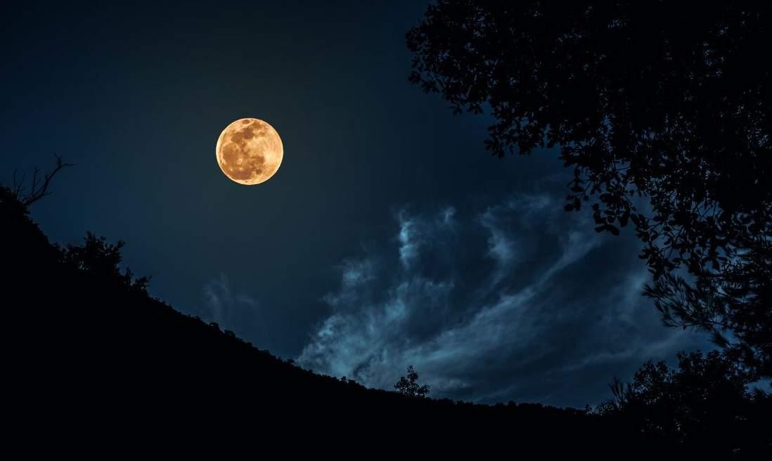 حدث لن يتكرر الا في العام 2034..  الاثنين القادم سماء لبنان على موعد مع أضخم قمر لم نشاهده منذ 70 عام
