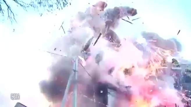 بالفيديو/ هذا ما يحدث عند انفجار مصنع للألعاب النارية