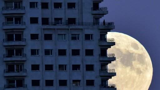 """الاف هواة مراقبة الفضاء يجتمعون على الشواطئ والمباني المرتفعة لمشاهدة """"القمر العملاق"""""""