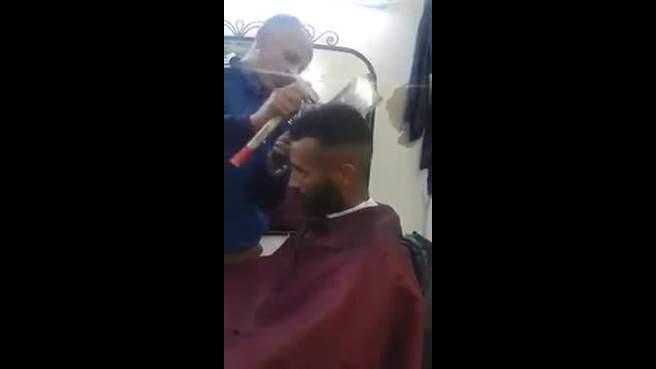 بالفيديو: حلاق مغربي يقص شعر زبائنه... بالساطور والمطرقة!