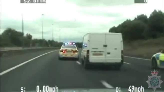 بالفيديو/ سقوط لص من شاحنة أثناء مطاردة الشرطة له