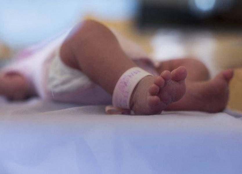 طاقم مستشفى يترك طفلة تموت داخل غرفة مليئة بالنفايات!