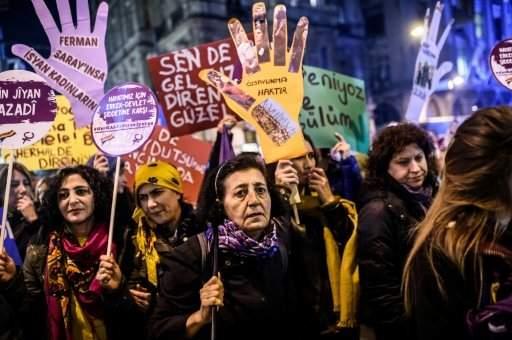 قناة تلفزيونية مغربية تعتذر بعد فقرة حول كيفية تبرج المرأة لاخفاء آثار العنف