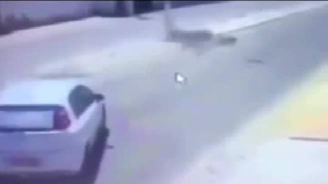 بالفيديو- نجا من حادث مروع فسقط عمود كهرباء على رأسه!