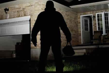 سرق منزل قريبه ليُعالج والدته من السّرطان