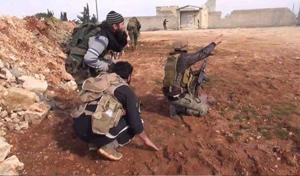 بالصوت- أحد مسلّحي حلب يبكي ويفضح قادة الفصائل: يلعن أبو الـ200 دولار..