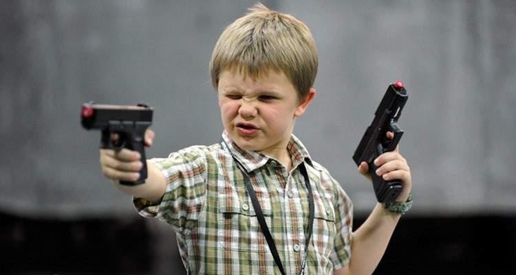 """طفلان يسرقان امرأتين باستخدام مسدس """"لعبة"""""""