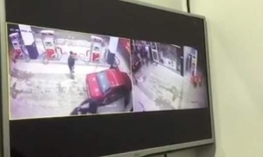 """بالفيديو.. شاهد كيف سرقوا بـ""""دم بارد"""" المحطة!"""