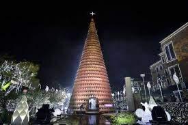 بالفيديو/ إحتراق قسم من شجرة الميلاد في جبيل بسبب احتكاك كهربائي.