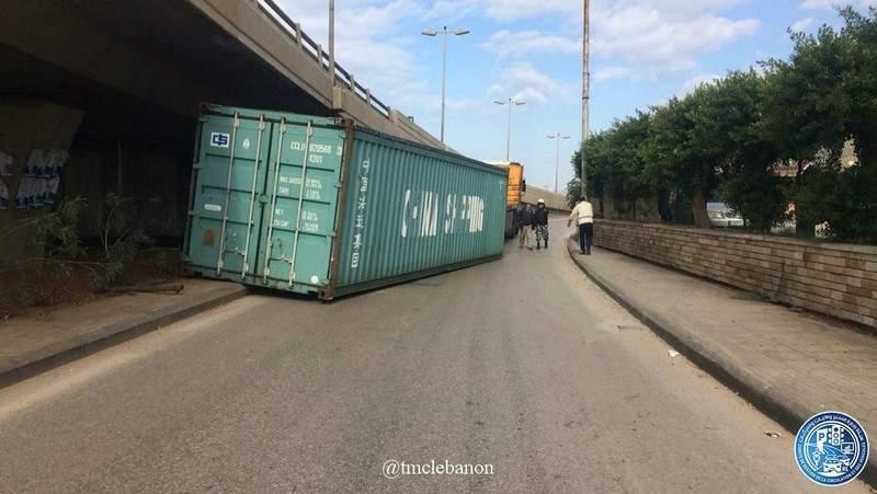إنقلاب حاوية عن شاحنة تحت جسر خلدة باتجاه نفق المطار