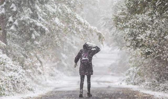 أم تمشي 26 ميلاً وسط الثلج لإنقاذ أسرتها