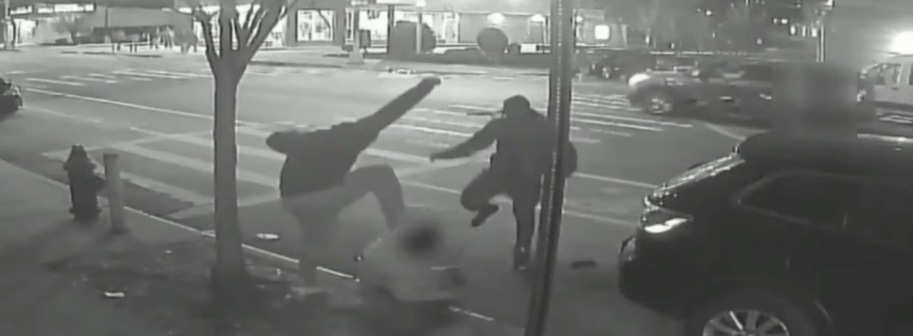 بالفيديو/ بسبب دولار واحد...رجل ضُرب حتى الموت وسط الشارع في نيويورك ليلة عيد الميلاد
