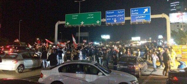 بالفيديو/ المحتجون اقفلوا اوتوستراد جل الديب... والجيش فتح مسربا للسيارات