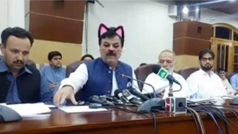 """بالصور / خطأ فني يثير موجة سخرية من وزير الاعلام الباكستاني: فريق العمل قام بتفعيل فلتر شوانب القطة أثناء بث مباشر له على موقع """"فيسبوك"""