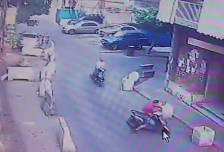 بالفيديو/ قاما بعملية سرقة في وضح النهار... لصان يسرحان في منطقة مار الياس دون رادع!