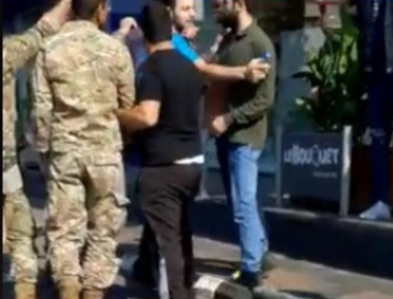 بالفيديو/ إشكال بين عدد من عناصر الجيش العائدين الى منازلهم مع متظاهرين يقطعون طريق في منطقة غزير بعد منع العناصر من المرور